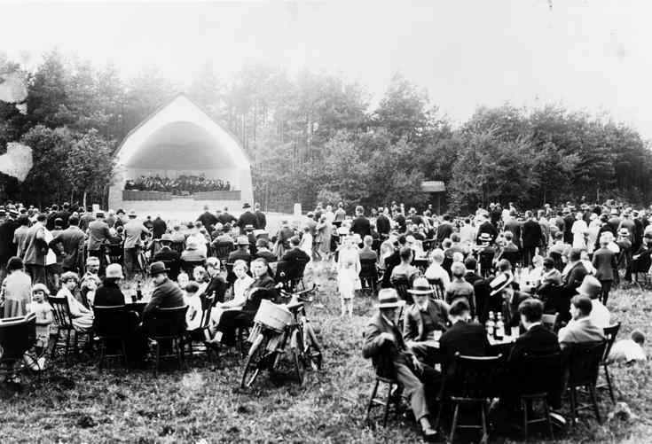12-muziek-koepel-met-publiek-op-grasveld
